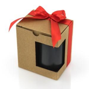 kubek pakowany jest w dekoracyjne pudełko z kokardą i z okienkiem