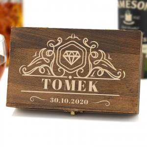 Grawerowana szkatułka z kamieniami do whisky