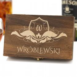 grawerowana szkatułka z monogramem i nazwiskiem