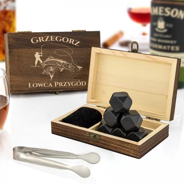 szkatułka drewniana z kamieniami do whisky na prezent dla wędkarza