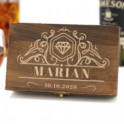 pudełko drewniane z grawerem imienia i daty