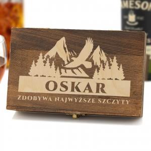 Stalowe kostki do drinków w skrzynce z grawerem imienia dla miłośnika wędrówek górskich