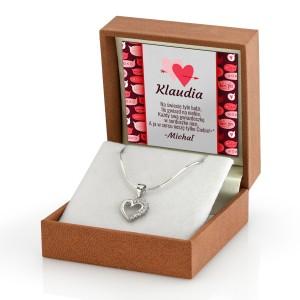 srebrny naszyjnik serduszko z personalizacją wewnątrz pudełka to dobry pomysł na prezent dla kobiety