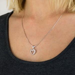 srebrne serduszko na łańcuszku z dedykacja dla niej