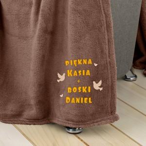 brązowy koc z haftem na prezent dla pary