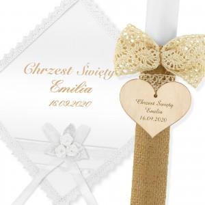 szatka z haftem i świeca z serduszkiem z grawerem imienia dziecka i daty chrztu