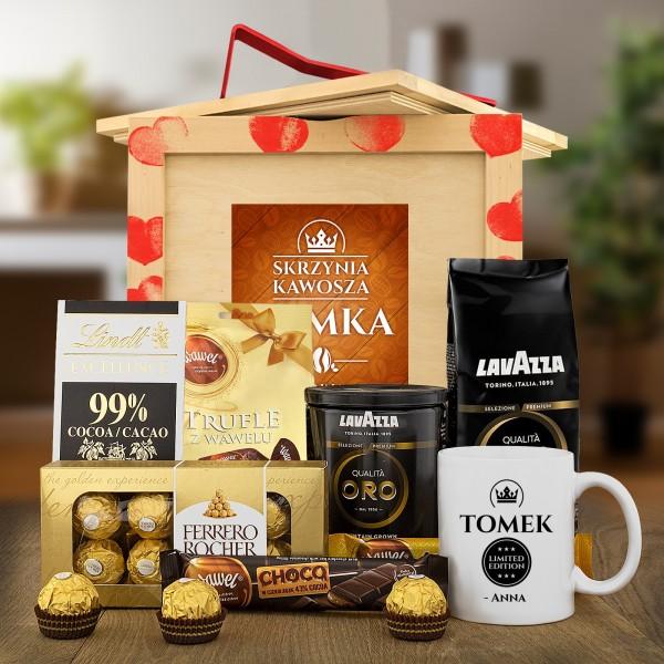 Box prezentowy drewniany skrzynia kawosza ze słodkościami, kubkiem z nadrukiem imienia i kawą