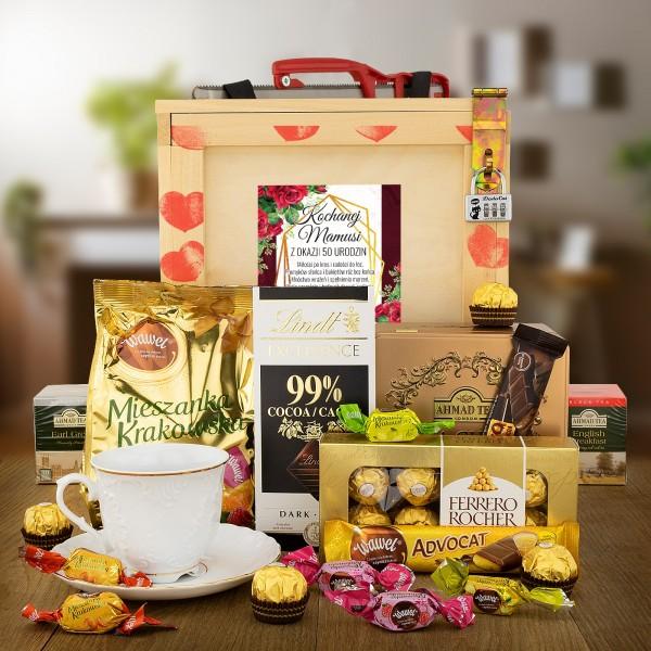 Boks prezentowy dla kobiety - drewniana skrzynia z kłódką z kodem i piłą, filiżanka, słodycze i herbata