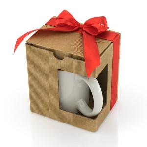 Kubek zapakowany w tekturowe pudełko ozdobione kokardą