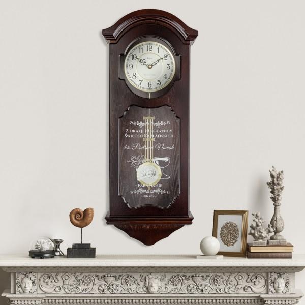 Zegar drewniany Adler szafowy kolor ciemny orzech z grawerem na święcenia kapłańskie