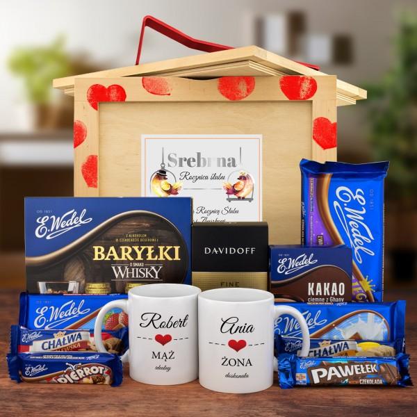 Box prezentowy na 25 rocznicę ślubu z kubkami z personalizacją i zestawem słodkości
