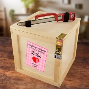 drewniana skrzynka z kartką na prezent urodzinowy