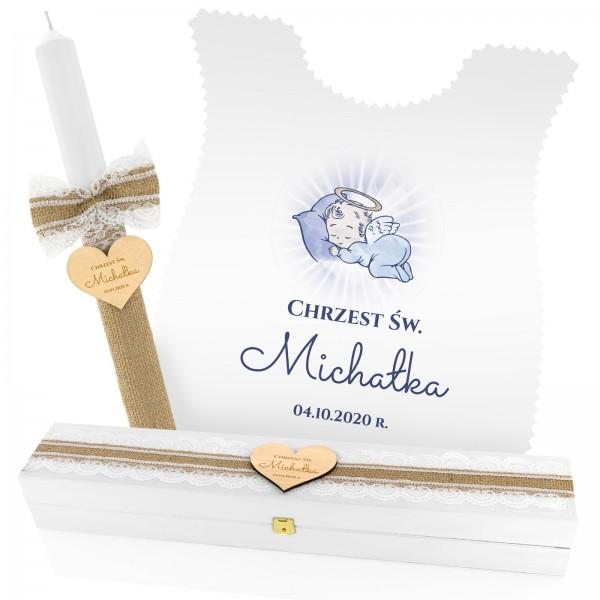 Zestaw na chrzest: szatka do chrztu, świeca z grawerem i drewniane pudełko z grawerem