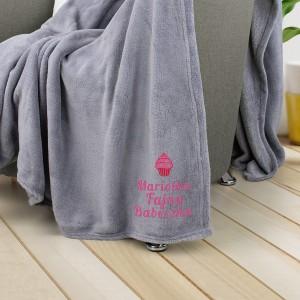 szary koc z różowym haftem imienia na prezent dla niej