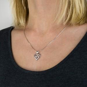 srebrny naszyjnik z zawieszką serce na prezent na bierzmowanie