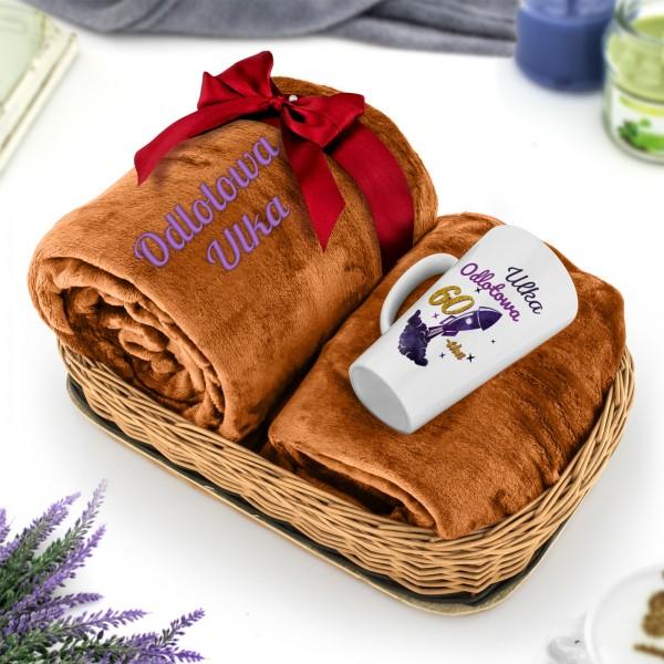 koc z personalizowanym haftem i kubek z nadrukiem dla kobiety na urodziny