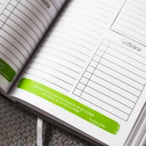 planer z cytatami i miejscem na zapisywanie spotkań