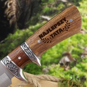 nóż myśliwski z drewnianą rękojeścią i grawerem imienia na prezent dla taty