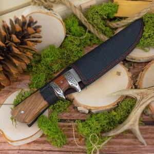 nóż myśliwski z drewnianą rękojeścią i grawerem pakowany w czarny pokrowiec
