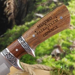 nóż z grawerem imienia myśliwski z drewnianą rękojeścią