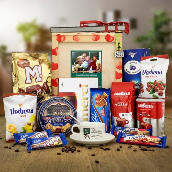 box prezentowy z filiżanką z nadrukiem , kawą i słodkościami na prezent dla wychowawczyni