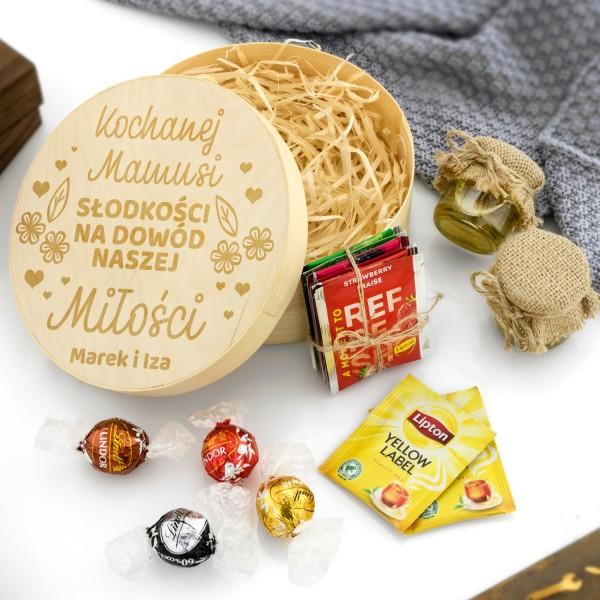 zestaw słodkości w pudełku z grawerem dedykacji dla mamy