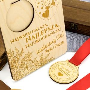 medal drewniany z grawerem dedykacji na dzień mamy
