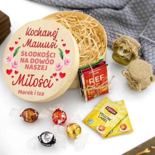 zestaw słodkości w pudełku z łuby z nadrukiem dla mamy