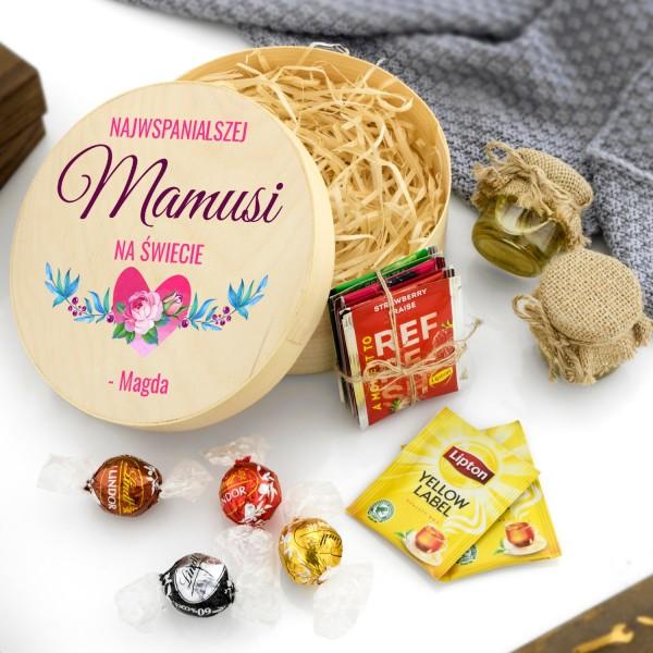 zestaw delikatesów w pudełku z łuby na prezent dla mamy