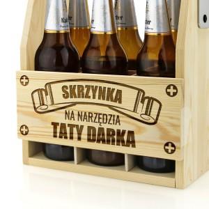 drewniana skrzynka jasna na piwo z grawerem dedykacji