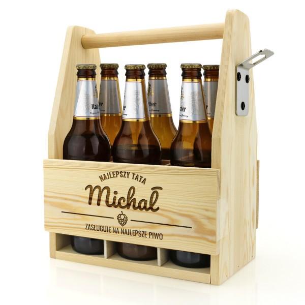 jasna drewniana  skrzynka na piwo z grawerem imienia na prezent