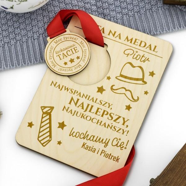 drewniana tabliczka z medalem na prezent dla taty