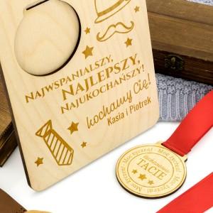 drewniana tabliczka z medalem  grawerem dedykacji na prezent dla taty