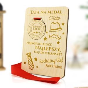 drewniana tabliczka z medalem  grawerem imiennej dedykacji na prezent dla taty