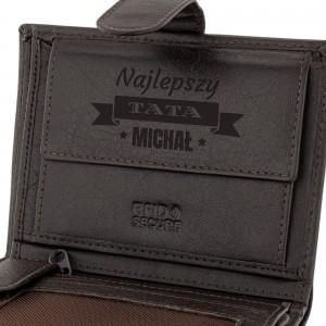 brązowy portfel skórzany z grawerem imienia i napisu najlepszy tata na prezent dla taty