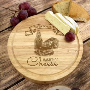 drewniana deska do serów  z nożami, z grawerem imienia na prezent dla taty