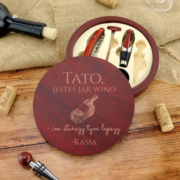 akcesoria do wina w drewnianym pudelku z grawerem na prezent dla taty