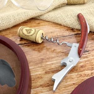 korkociąg z drewnianym uchwytem