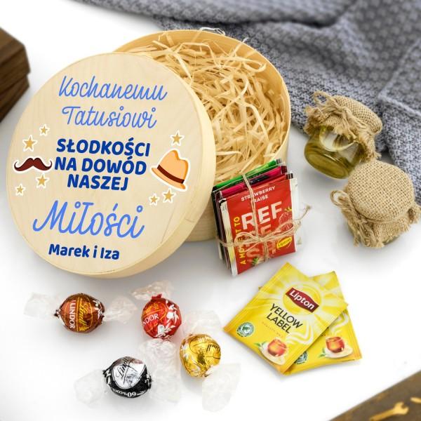 zestaw słodkości na prezent dla taty w okrągłym pudełku  z nadrukiem