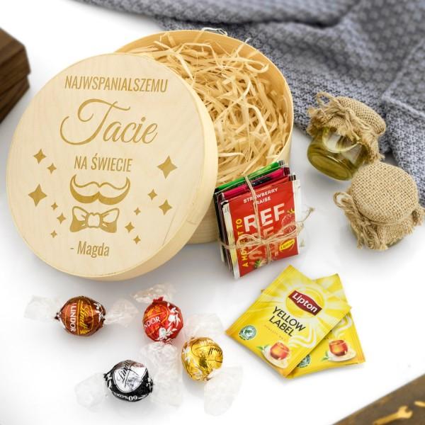drewniane pudełko okrągłe z grawerem i słodkościami dla taty