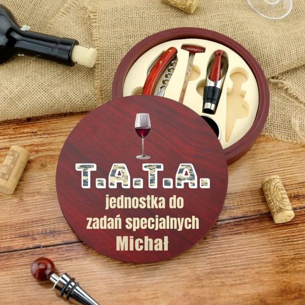 zestaw do wina w drewnianym pudełku z nadrukiem imienia taty na prezent