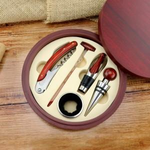 akcesoria do wina w drewnianym etui