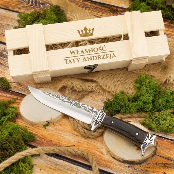 grawerowana skrzynka z napisem własność taty + imię i nóż myśliwski