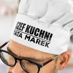 biała czapka kucharska z nadrukiem imienia na prezent dla taty