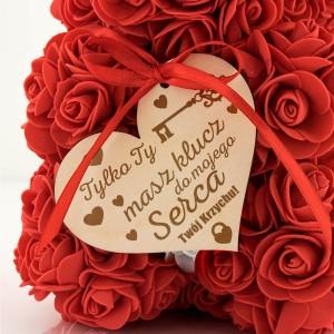 czerwony miś z róż z dedykacją dla niej