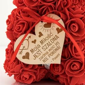miś z czerwonych róż dla niej z dedykacją