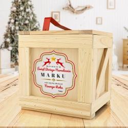 drewniana skrzynia z prezentami na święta dla mężczyzny