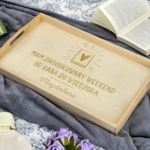 prezent dla mola książkowego drewniany stolik z grawerem