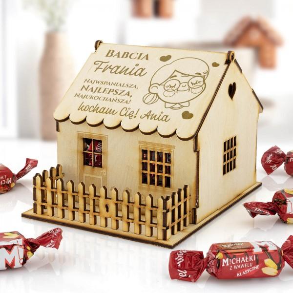 drewniany domek z cukierkami i dedykacją dla babci