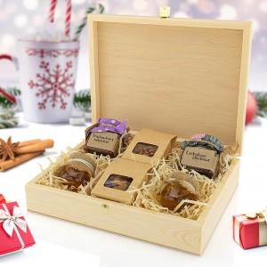 zestaw słodkości w drewnianej skrzynce z nadrukiem dla babci
